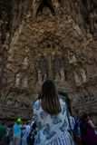 Anonimowa kobieta patrzeje pięknego budynek fotografia stock