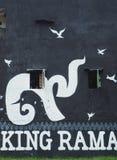 Anonimowi artyści odmalowywają ścianę ku pamięci ukochanego Tajlandzkiego królewiątka ilustracja wektor