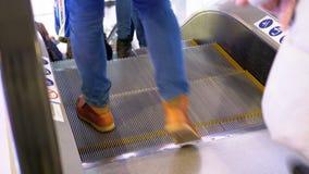 Anonimowi ludzie Chodzi na eskalatoru dźwignięciu w zakupy centrum handlowym zbiory