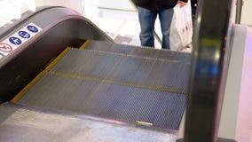 Anonimowi ludzie Chodzi na eskalatoru dźwignięciu w zakupy centrum handlowym zbiory wideo