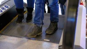 Anonimowi ludzie Chodzi na eskalatoru dźwignięciu w zakupy centrum handlowym swobodny ruch zbiory