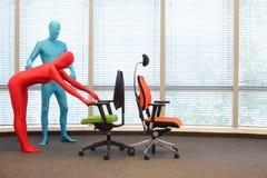 Anonimowi ludzie postury szkolenia przy krzesłami Zdjęcia Royalty Free