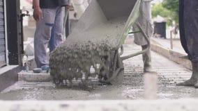 Anonimowi Pracownicy zalewajÄ… beton do pracy w korzeniach, zdjęcie wideo
