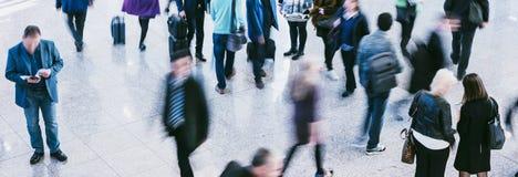 Anonimowi zamazani ludzie dojeżdżać do pracy podróżną chodzącą pozycję Fotografia Royalty Free