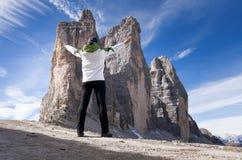 Anonimowy żeński wycieczkowicz przed piękną halną scenerią szczyty trzy dolomity Włochy fotografia stock