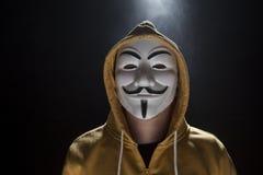 Anonimowy aktywisty hacker z maskowym studio strzałem fotografia stock