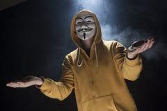 Anonimowy aktywisty hacker z maskowym studio strzałem obrazy stock