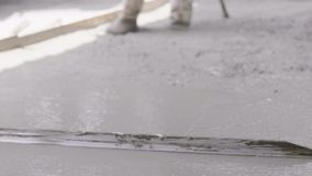 Anonimowy Betonowy Robotnik Wygładzający Chodnik Na Mokradłach. Beton zalewowy zbiory wideo