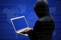 Anonimowy beztwarzowy hacker w czarnej odzieży stoi z powrotem, pracuje na kodzie na laptopie, odizolowywającym nad zmrokiem - bł fotografia stock