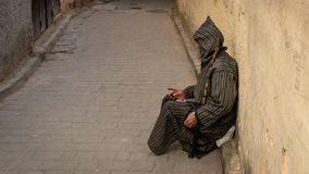 Anonimowy biedny żebrak w ulicie fez, Maroko obrazy stock