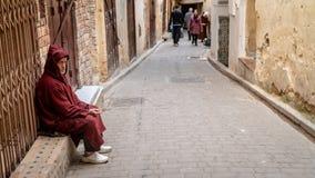 Anonimowy biedny żebrak w ulicie fez, Maroko fotografia stock
