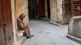 Anonimowy biedny żebrak w ulicie fez, Maroko fotografia royalty free