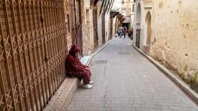 Anonimowy biedny żebrak w ulicie fez, Maroko zdjęcie royalty free