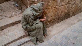 Anonimowy biedny żebrak w ulicie fez, Maroko obraz stock