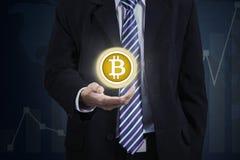 Anonimowy biznesmen pokazuje wirtualnego bitcoin zdjęcie royalty free