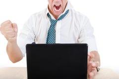 Anonimowy biznesmen roztrzaskuje jego laptop na stole z pięścią fotografia royalty free