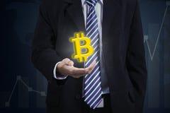 Anonimowy biznesmena mienia bitcoin symbol zdjęcie royalty free