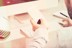 Anonimowy biznesowy mężczyzna pisać na maszynie na urządzeniu przenośnym na biurowym biurku, v obraz stock
