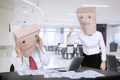 Anonimowy bizneswoman łaja jej pracownika obraz stock