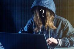 Anonimowy dziewczyna hacker używa laptop siekać system Kraść osobistych dane Tworzenie i infekcja złośliwy wirus obrazy royalty free