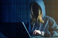 Anonimowy dziewczyna hackera programista używa laptop siekać system Kraść osobistych dane i infekcję złośliwy wirus zdjęcie stock