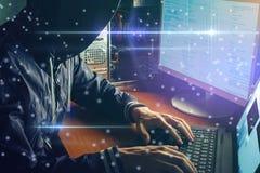 anonimowy hacker żadny twarz w ciemności, przerwy dostęp zdjęcie stock