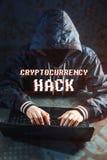 Anonimowy hacker bez twarzy próbuje kraść cryptocurrency używać komputer Oszustwo i łudzenie przy Cryptojacking fotografia stock