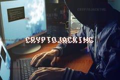 Anonimowy hacker bez twarzy próbuje kraść cryptocurrency używać komputer Oszustwo i łudzenie przy Cryptojacking obrazy stock