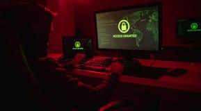 Anonimowy hacker kraść dane zdjęcie royalty free