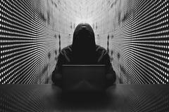 Anonimowy hacker przed jego komputerem zdjęcia royalty free