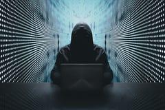 Anonimowy hacker przed jego komputerem obrazy royalty free