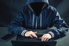 Anonimowy hacker używa laptop siekać system Kraść osobistych dane Tworzenie i infekcja złośliwy wirus zdjęcie stock
