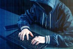 Anonimowy hacker używa laptop siekać system Kraść persy zdjęcia stock
