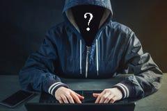 Anonimowy hacker używa laptop siekać system Kraść persy fotografia stock