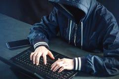 Anonimowy hacker używa laptop siekać system Tworzenie i infekcja złośliwy wirus Pojęcie cyber przestępstwo fotografia stock