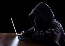 Anonimowy hacker w zmroku fotografia royalty free