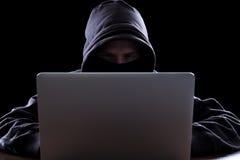 Anonimowy hacker w zmroku obraz royalty free