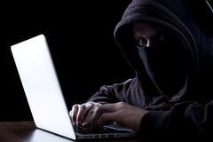 Anonimowy hacker w zmroku fotografia stock