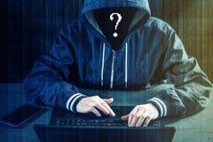 Anonimowy hackera programista używa laptop siekać system Kraść osobistych dane i infekcję złośliwy wirus zdjęcie stock