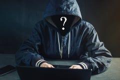 Anonimowy hackera programista używa laptop siekać system Kraść osobistych dane Pojęcie cyber przestępstwo zdjęcie royalty free