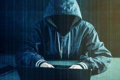 Anonimowy hackera programista używa laptop siekać system Kraść osobistych dane Pojęcie cyber przestępstwo obrazy stock