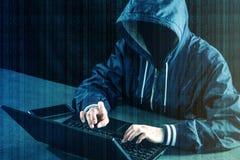 Anonimowy hackera programista używa laptop siekać system ST zdjęcie royalty free
