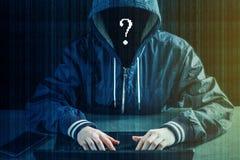 Anonimowy hackera programista używa laptop siekać system Tworzenie i infekcja złośliwy wirus obraz stock