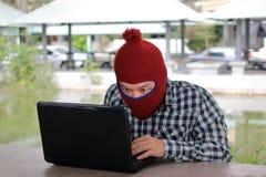 Anonimowy hackera siekać kraść dane z laptopem obraz royalty free