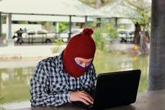 Anonimowy hackera siekać kraść dane z laptopem Ogólnospołeczny przestępstwa pojęcie fotografia stock