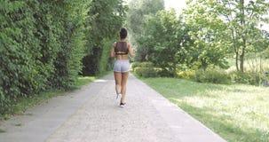 Anonimowy kobieta bieg na drodze zbiory wideo