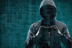Anonimowy komputerowy hacker z smartphone nad abstrakcjonistycznym cyfrowym tłem Zaciemniająca ciemna twarz w masce i kapiszonie  obraz royalty free