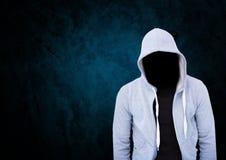 Anonimowy Kryminalny mężczyzna w kapiszonie przed błękitnym tłem obrazy stock