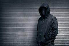 Anonimowy mężczyzna na popielatym żaluzi drzwi obrazy royalty free
