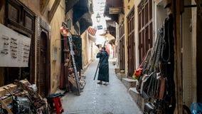 Anonimowy mężczyzna w ulicie Medina fez, Maroko zdjęcia stock